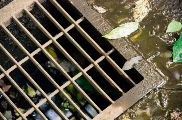 側溝の掃除で悪臭と害虫を予防!安全対策にも◎側溝の掃除に必要な道具と手順