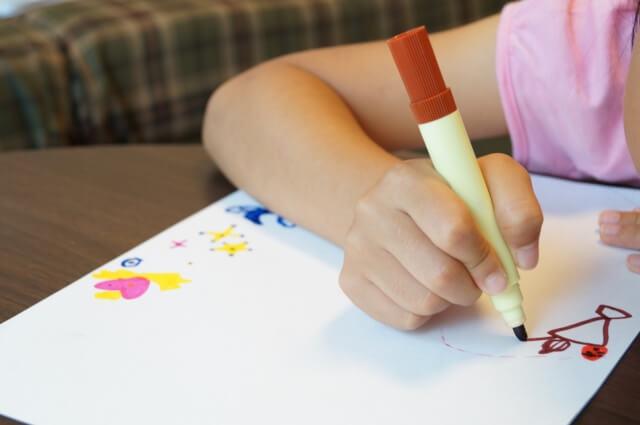 【油性ペンの落とし方】落とせる素材や落ちにくい素材