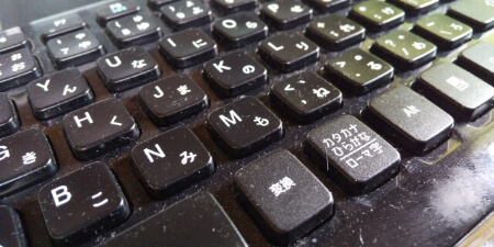 キーボードの掃除方法2:ノートパソコンなど、キートップが外れないタイプの掃除方法
