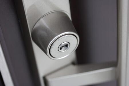 住宅の玄関や勝手口に使われるシリンダー錠の種類と特徴