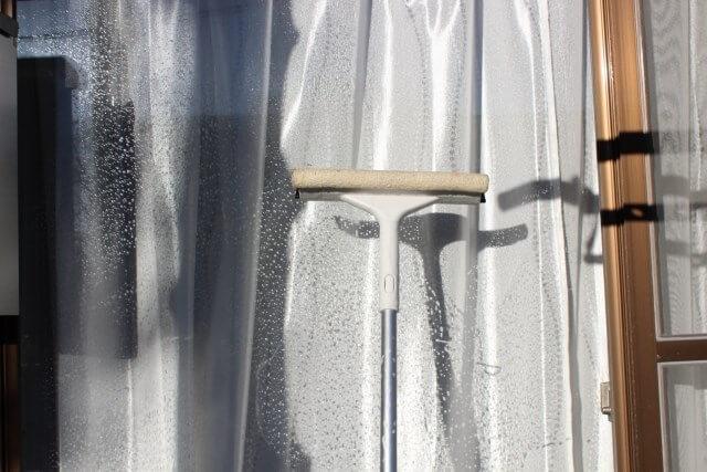 窓ガラスの外側と内側を新聞紙で掃除する方法