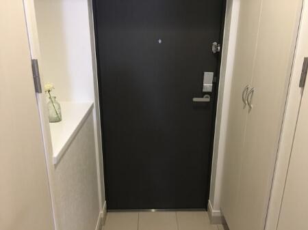 玄関の床がタイルや石畳の場合はデッキブラシを使って掃除する方法
