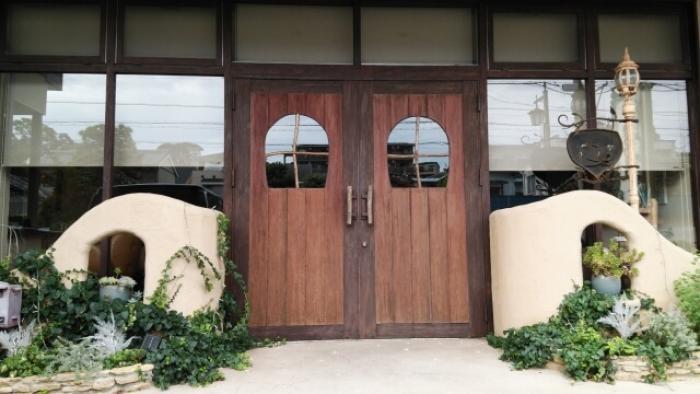 玄関ドアの掃除してますか?玄関のドアを素材別に掃除方法を解説します!