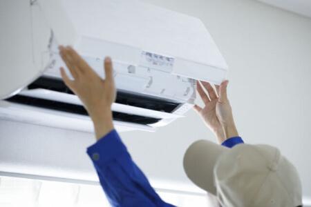 メーカーにエアコンのガス漏れ修理を依頼すると費用はどれくらい?