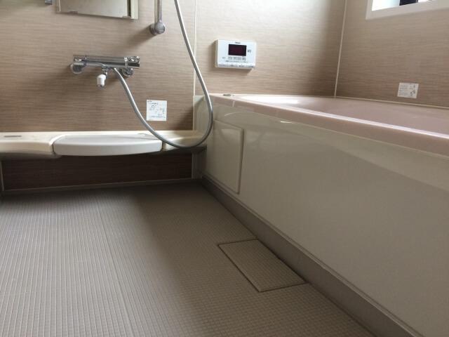 重曹ペーストを使って浴室の床や壁を掃除する方法