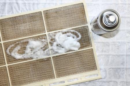 【エアコンの洗浄】フィルター洗浄スプレーで掃除する方法