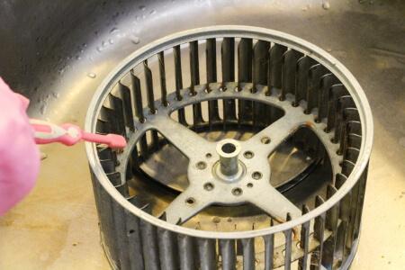 重曹で換気扇ファンの油汚れをつけ置き掃除する方法