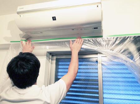 【エアコンクリーニング】業者が持参した道具で養生する!