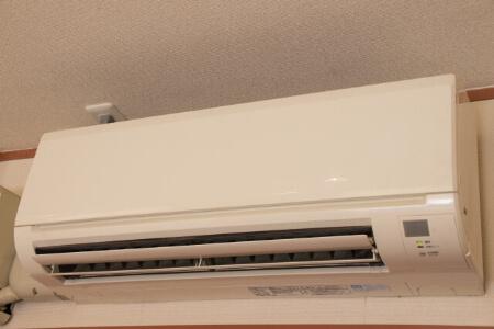 【エアコンが臭い】取り外せないパーツを洗浄スプレーで掃除する