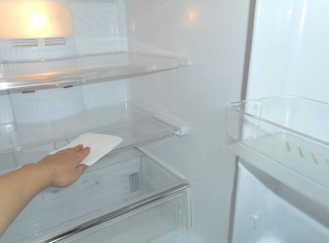 【キッチンの掃除】重曹水スプレーで冷蔵庫の汚れを掃除する方法