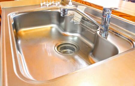 【キッチンの掃除】重曹スプレーでキッチンの床や壁を掃除する方法