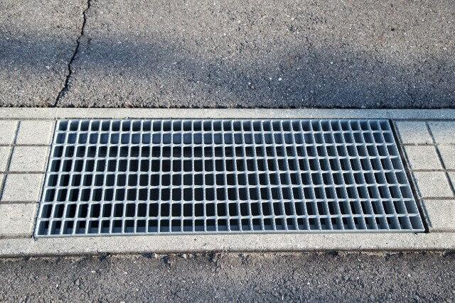 【側溝のグレーチング(蓋)の設置】側溝グレーチングの選び方とガタつき解決法
