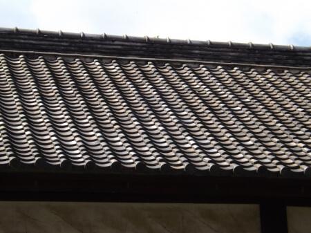 屋根瓦は優れた耐久性と防水性が特徴です