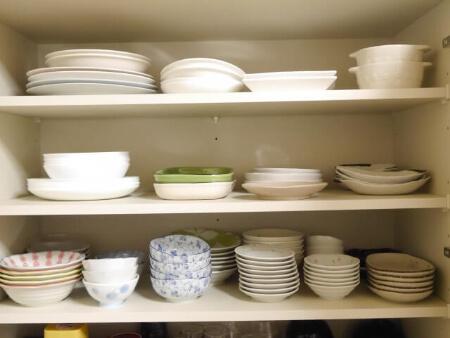 食器類は立てるか重ねて収納しよう