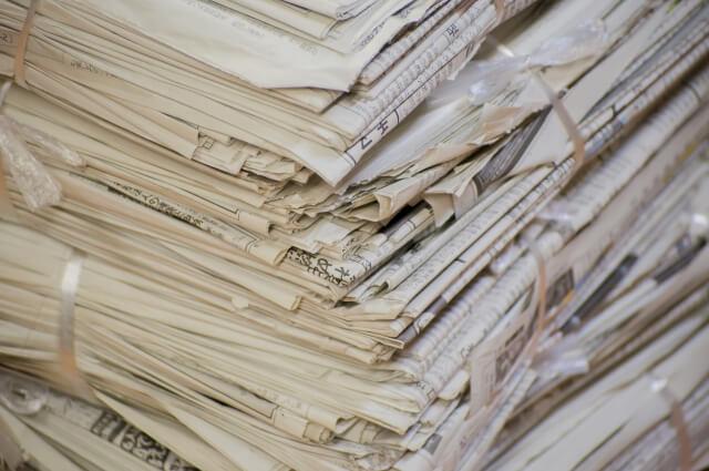 【網戸の掃除方法】新聞紙を使って簡単に網戸を掃除する方法