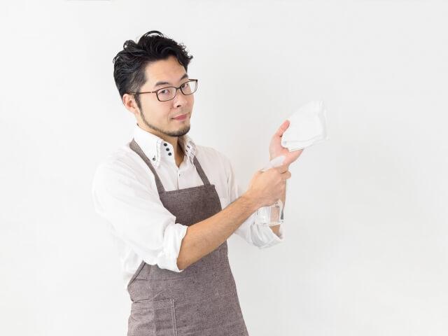 壁紙に付いたヤニは落とせるの?アルカリ性洗剤で掃除