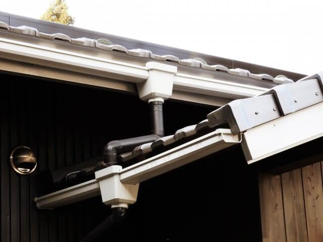 雨樋の修理は自分でする?業者に依頼?雨樋の修理の費用と火災保険の適用